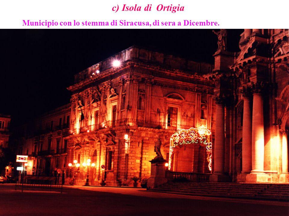 c) Isola di Ortigia Municipio con lo stemma di Siracusa, di sera a Dicembre.