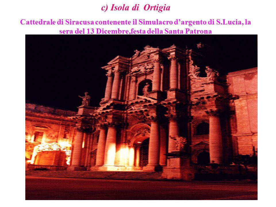 c) Isola di Ortigia Cattedrale di Siracusa contenente il Simulacro dargento di S.Lucia, la sera del 13 Dicembre,festa della Santa Patrona
