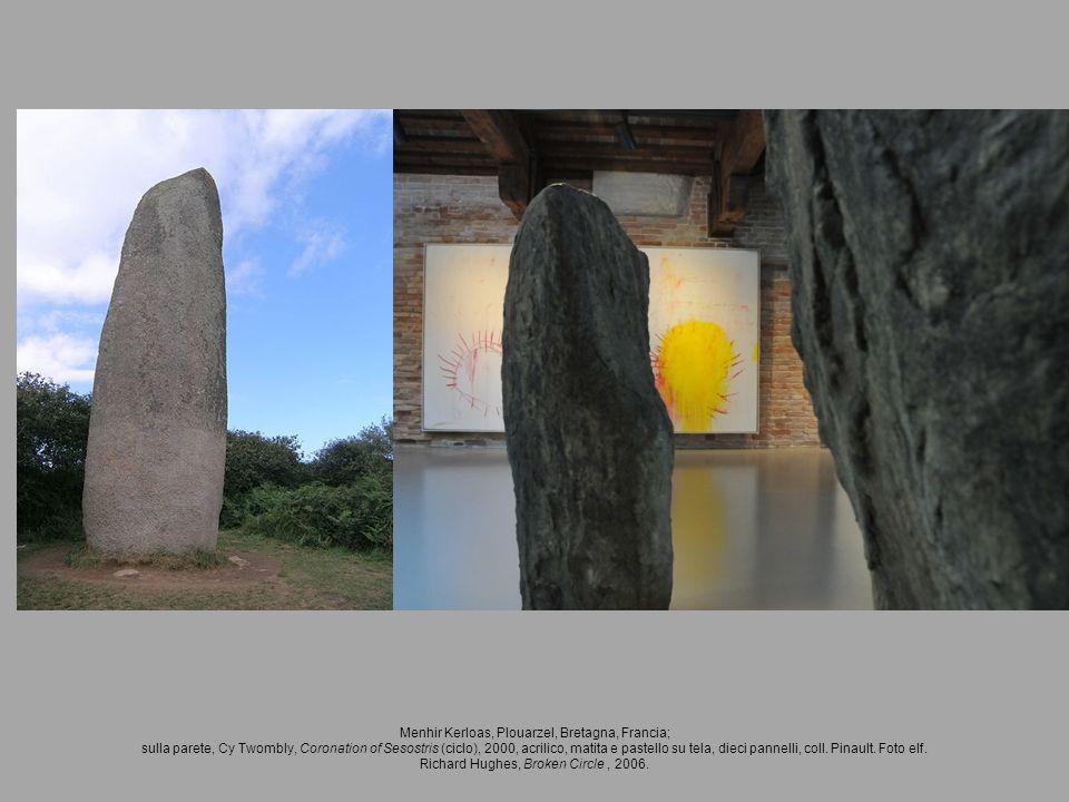 Menhir Kerloas, Plouarzel, Bretagna, Francia; sulla parete, Cy Twombly, Coronation of Sesostris (ciclo), 2000, acrilico, matita e pastello su tela, di