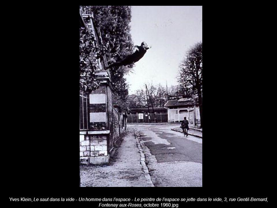 Yves Klein, Le saut dans la vide - Un homme dans lespace - Le peintre de lespace se jette dans le vide, 3, rue Gentil-Bernard, Fontenay aux-Roses, octobre 1960.jpg
