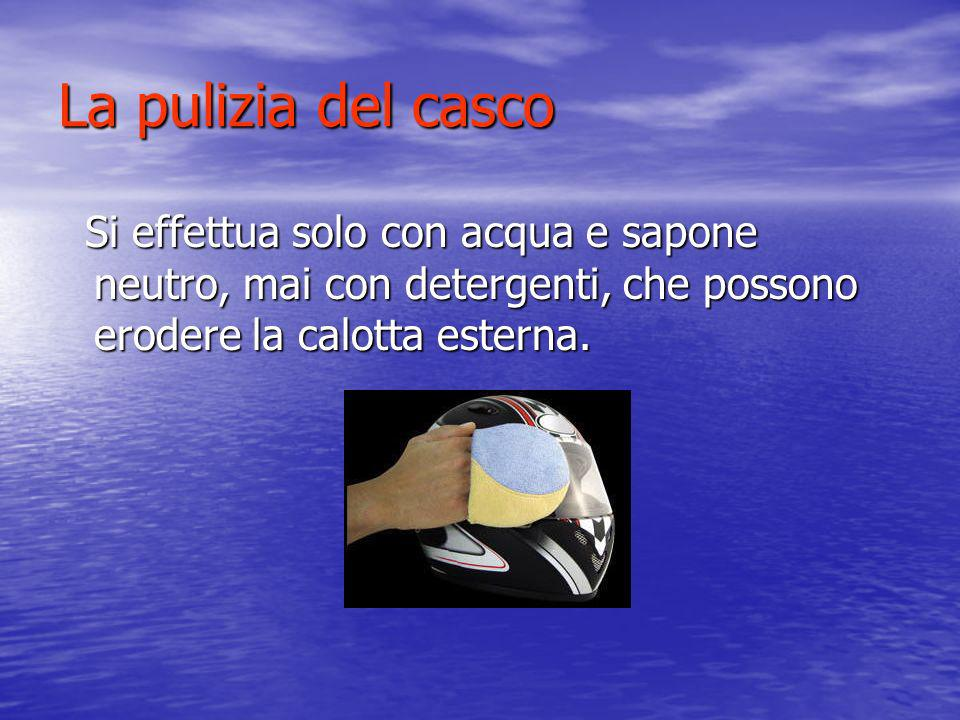 La pulizia del casco Si effettua solo con acqua e sapone neutro, mai con detergenti, che possono erodere la calotta esterna. Si effettua solo con acqu