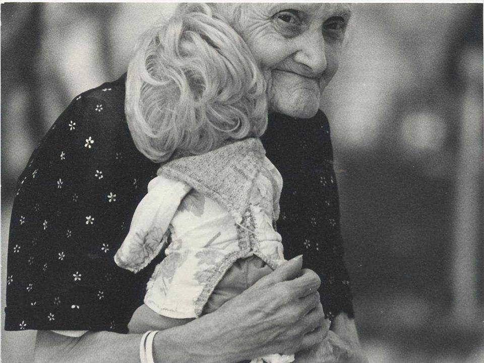 Gli anziani nelle popolazioni Gli anziani nelle popolazioni Esiste una grande variabilità geografica nella quota di anziani nei diversi Paesi In molti Paesi sottosviluppati, la percentuale di persone di età maggiore o uguale a 65 anni supera di poco il 5%.