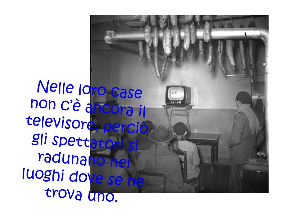 Nelle loro case non cè ancora il televisore, perciò gli spettatori si radunano nei luoghi dove se ne trova uno.