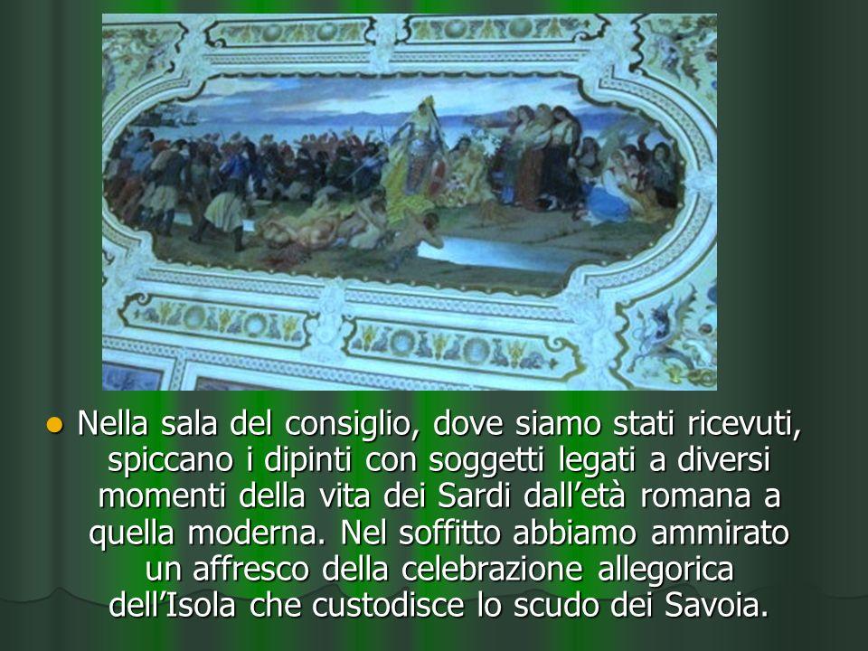 Nella sala del consiglio, dove siamo stati ricevuti, spiccano i dipinti con soggetti legati a diversi momenti della vita dei Sardi dalletà romana a quella moderna.
