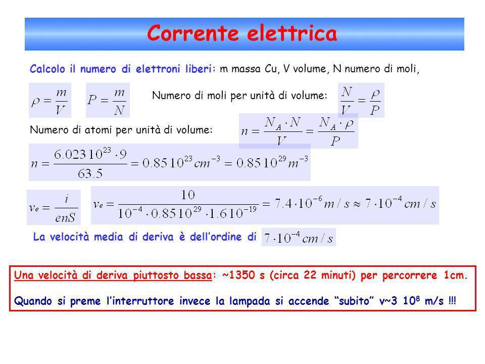 Corrente elettrica Calcolo il numero di elettroni liberi: m massa Cu, V volume, N numero di moli, Numero di moli per unità di volume: Numero di atomi