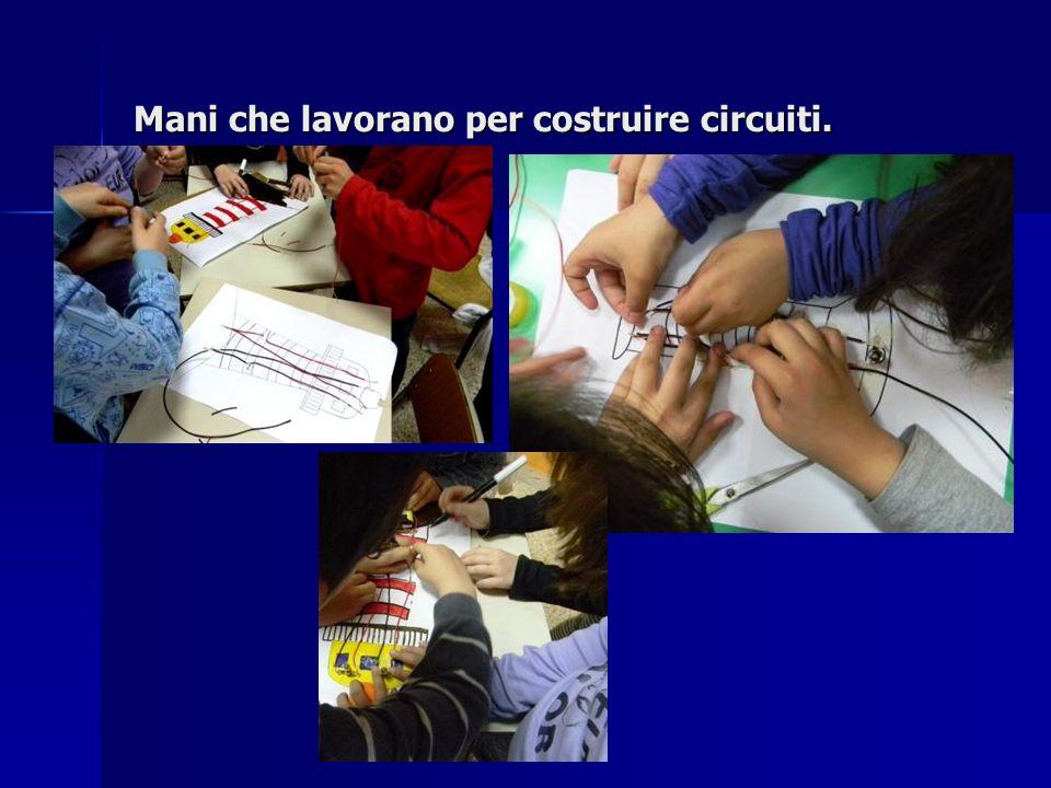 Mani che lavorano per costruire circuiti.