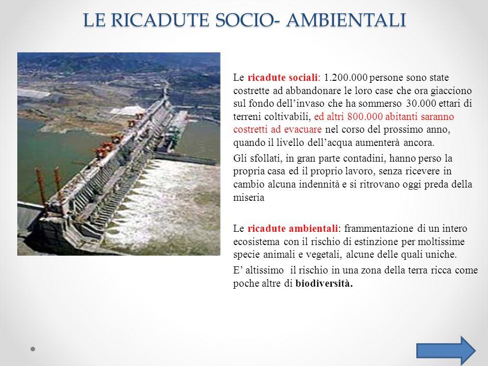 LE RICADUTE SOCIO- AMBIENTALI Le ricadute sociali: 1.200.000 persone sono state costrette ad abbandonare le loro case che ora giacciono sul fondo dell