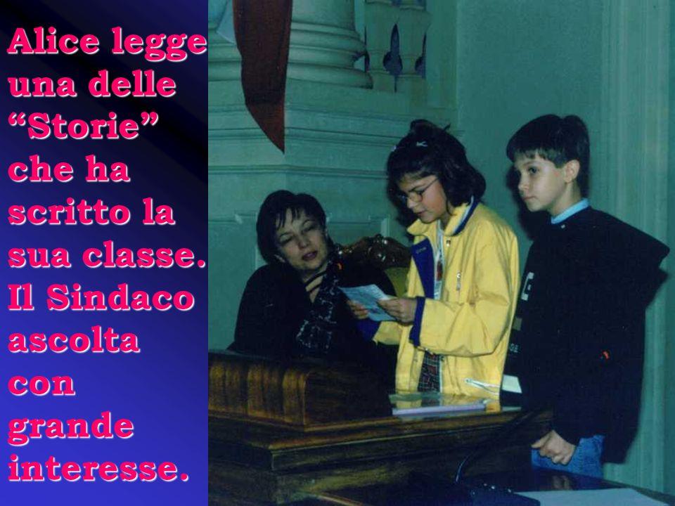 Maria consegna il dossier e i ragazzi raccontano le attività svolte per conoscere il Palazzone.