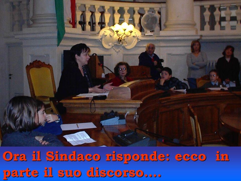 Altri bambini invitano Antonella Spaggiari alla recita dei genitori.