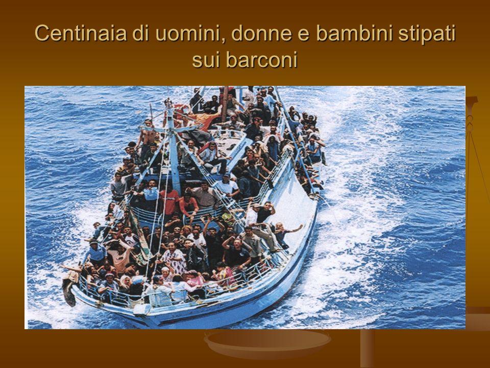 Centinaia di uomini, donne e bambini stipati sui barconi