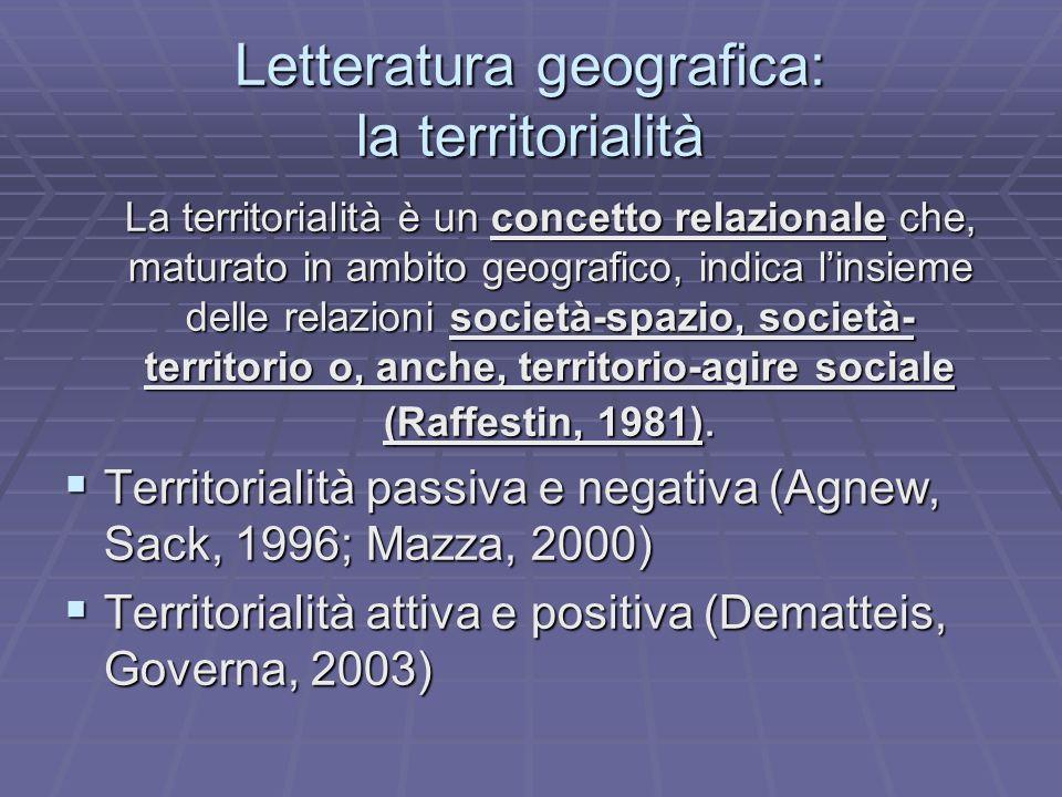 Letteratura geografica: la territorialità La territorialità è un concetto relazionale che, maturato in ambito geografico, indica linsieme delle relazi
