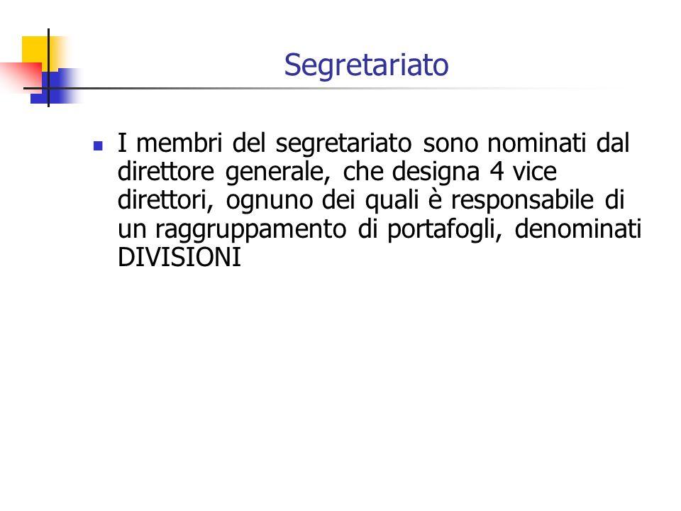Segretariato I membri del segretariato sono nominati dal direttore generale, che designa 4 vice direttori, ognuno dei quali è responsabile di un raggruppamento di portafogli, denominati DIVISIONI