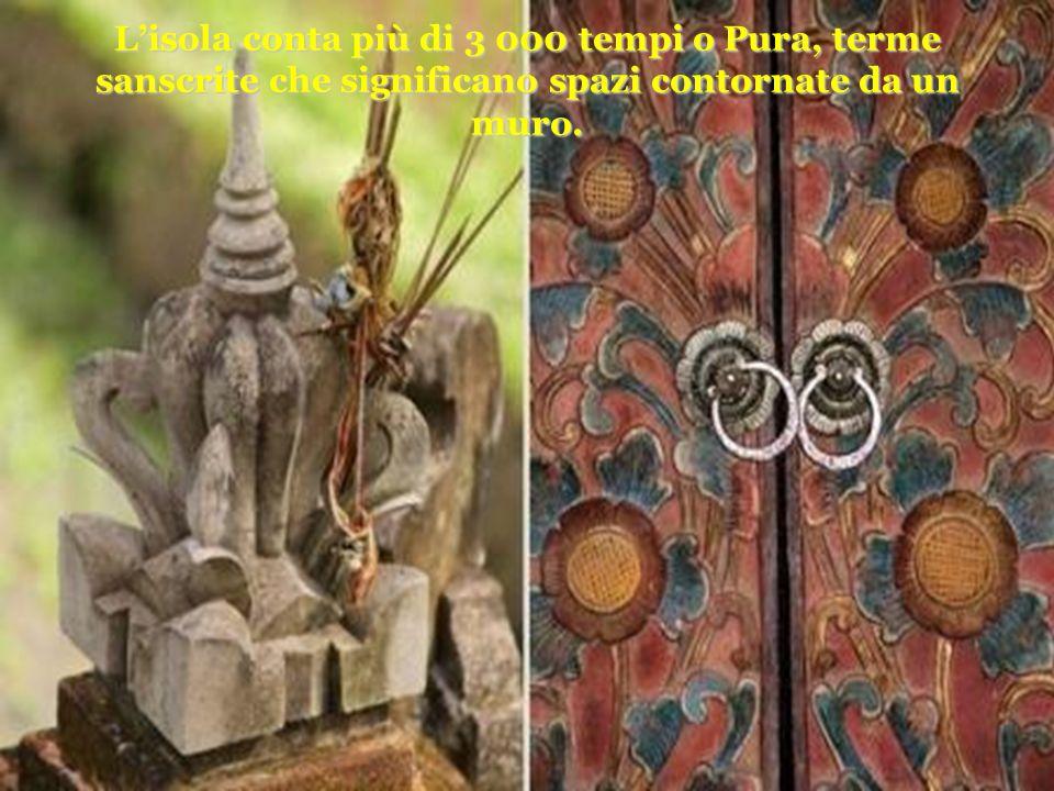 Lisola conta più di 3 000 tempi o Pura, terme sanscrite che significano spazi contornate da un muro.
