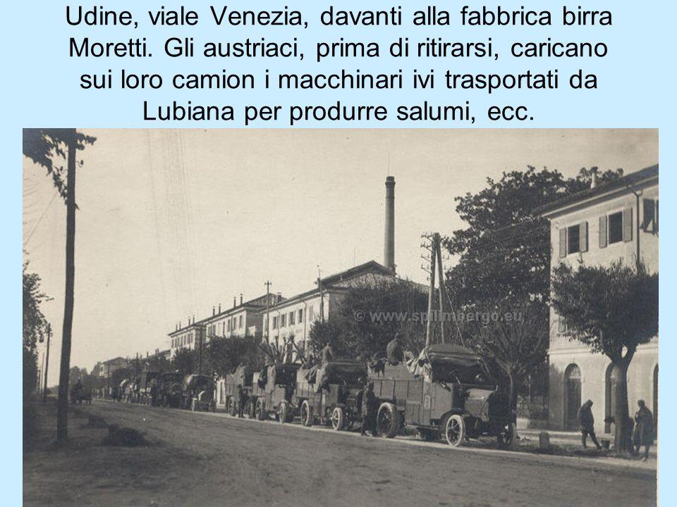 Udine, viale Venezia, davanti alla fabbrica birra Moretti. Gli austriaci, prima di ritirarsi, caricano sui loro camion i macchinari ivi trasportati da