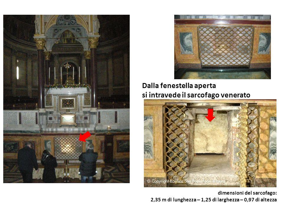 Dalla fenestella aperta si intravede il sarcofago venerato dimensioni del sarcofago: 2,35 m di lunghezza – 1,25 di larghezza – 0,97 di altezza