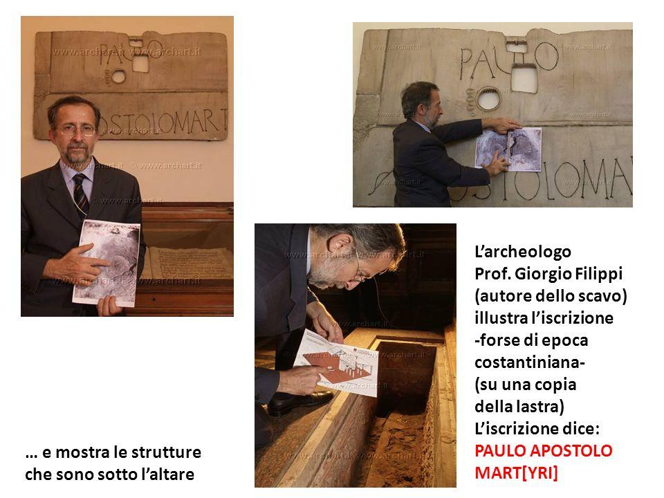 Larcheologo Prof. Giorgio Filippi (autore dello scavo) illustra liscrizione -forse di epoca costantiniana- (su una copia della lastra) Liscrizione dic