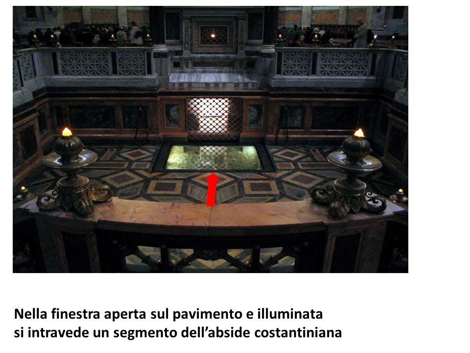 Nella finestra aperta sul pavimento e illuminata si intravede un segmento dellabside costantiniana