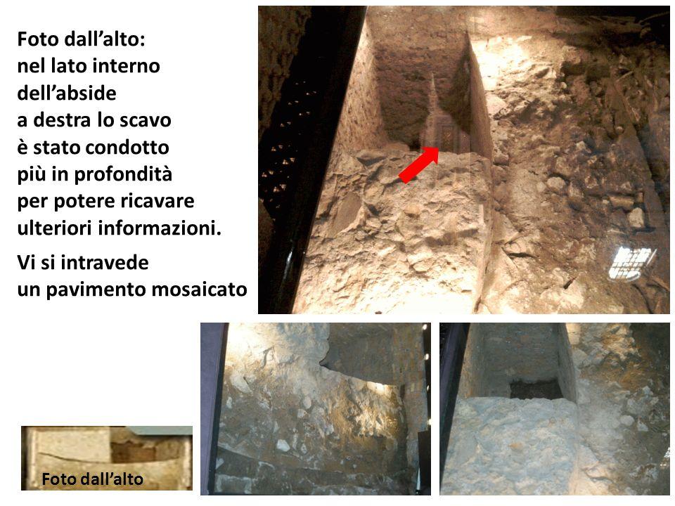 Foto dallalto: nel lato interno dellabside a destra lo scavo è stato condotto più in profondità per potere ricavare ulteriori informazioni.