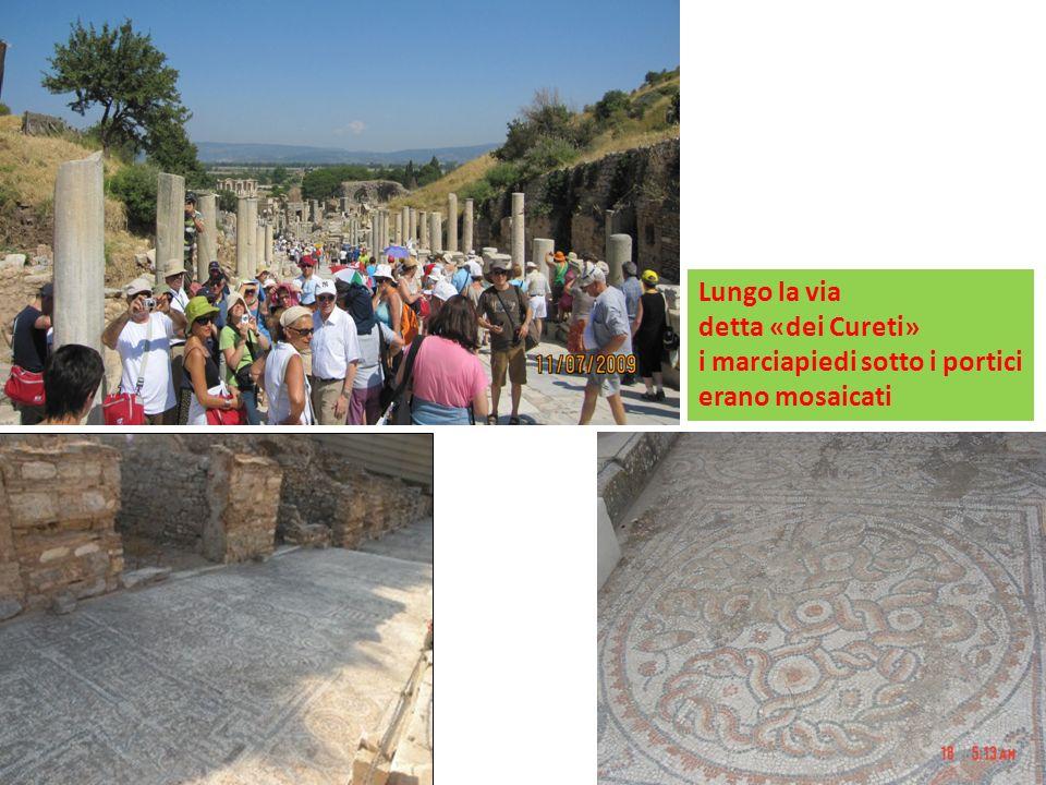 Lungo la via detta «dei Cureti» i marciapiedi sotto i portici erano mosaicati