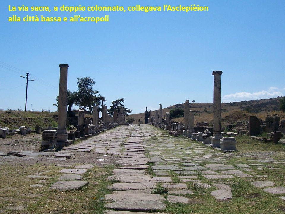 La via sacra, a doppio colonnato, collegava lAsclepièion alla città bassa e allacropoli