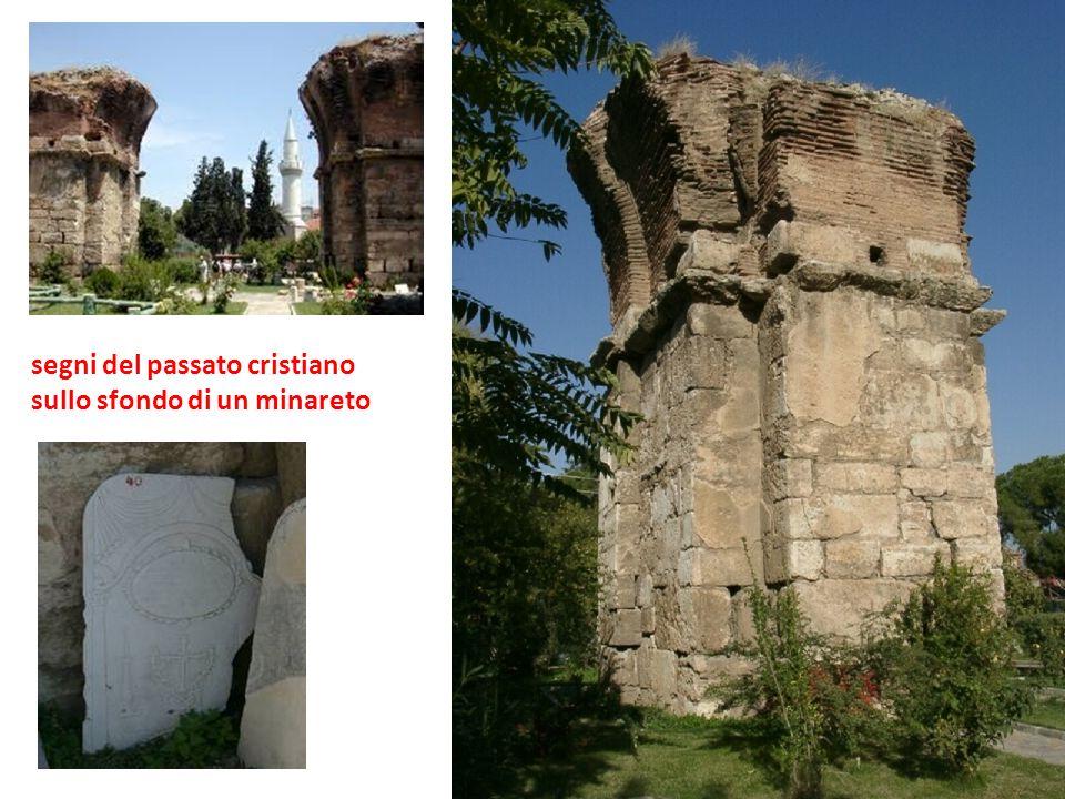 segni del passato cristiano sullo sfondo di un minareto