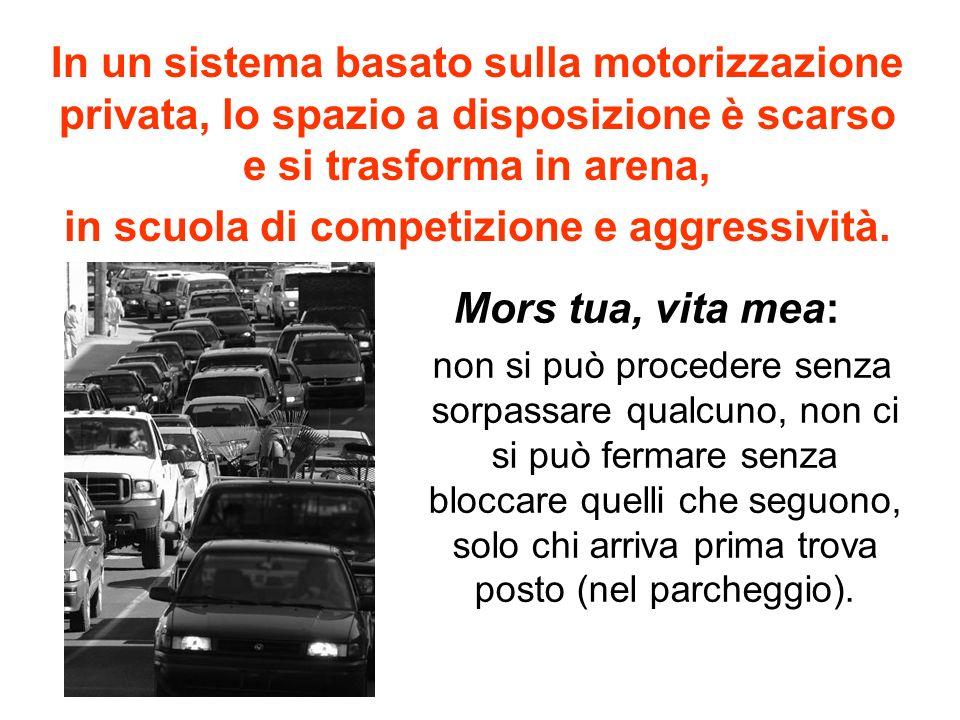 In un sistema basato sulla motorizzazione privata, lo spazio a disposizione è scarso e si trasforma in arena, in scuola di competizione e aggressività.