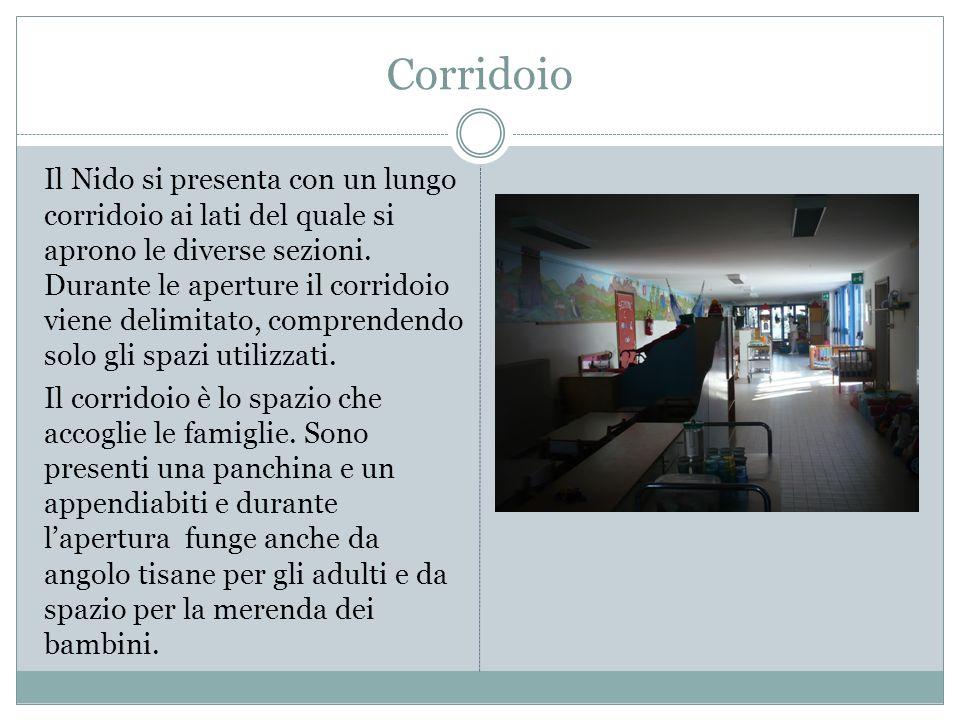 Angolo Tisane Nel corridoio è stato ricavato un angolo tisane con divano, bollitore e tazze, a cui i genitori possono accedere liberamente durante la permanenza.