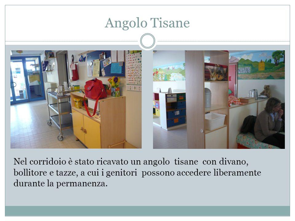 Angolo Tisane Nel corridoio è stato ricavato un angolo tisane con divano, bollitore e tazze, a cui i genitori possono accedere liberamente durante la
