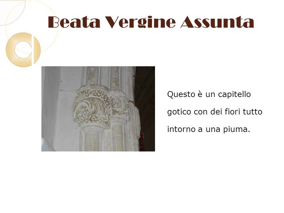 Beata Vergine Assunta Questo è un capitello gotico con dei fiori tutto intorno a una piuma.