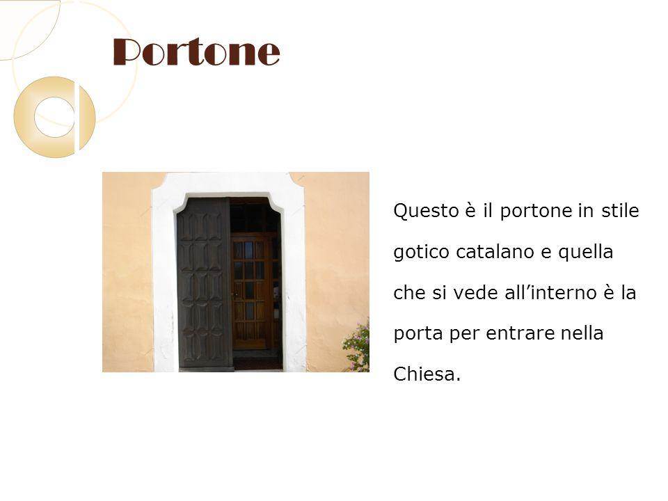 Portone Questo è il portone in stile gotico catalano e quella che si vede allinterno è la porta per entrare nella Chiesa.