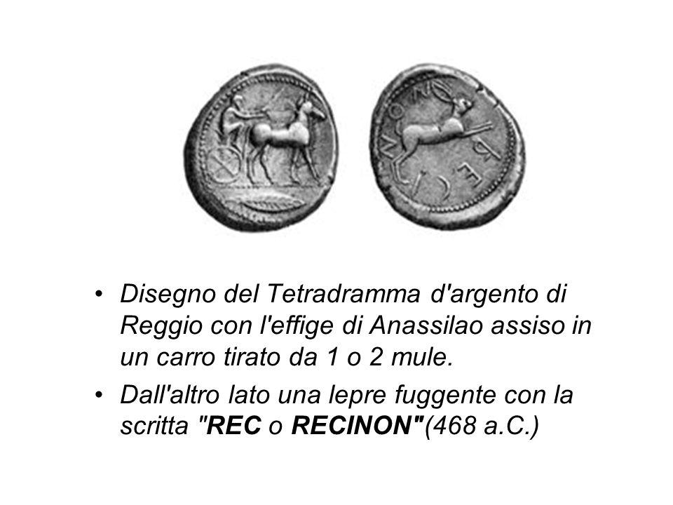 Disegno del Tetradramma d'argento di Reggio con l'effige di Anassilao assiso in un carro tirato da 1 o 2 mule. Dall'altro lato una lepre fuggente con