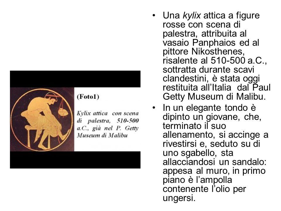 Una kylix attica a figure rosse con scena di palestra, attribuita al vasaio Panphaios ed al pittore Nikosthenes, risalente al 510-500 a.C., sottratta
