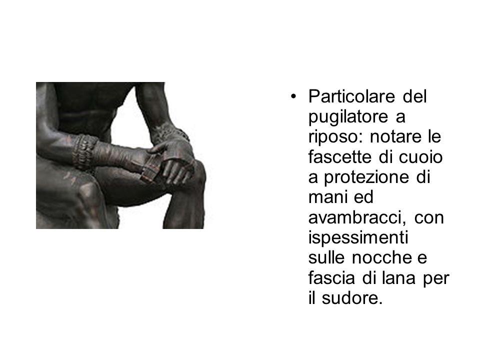 Particolare del pugilatore a riposo: notare le fascette di cuoio a protezione di mani ed avambracci, con ispessimenti sulle nocche e fascia di lana pe