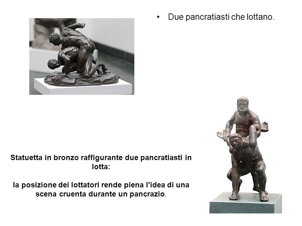 Due pancratiasti che lottano. Statuetta in bronzo raffigurante due pancratiasti in lotta: la posizione dei lottatori rende piena l'idea di una scena c