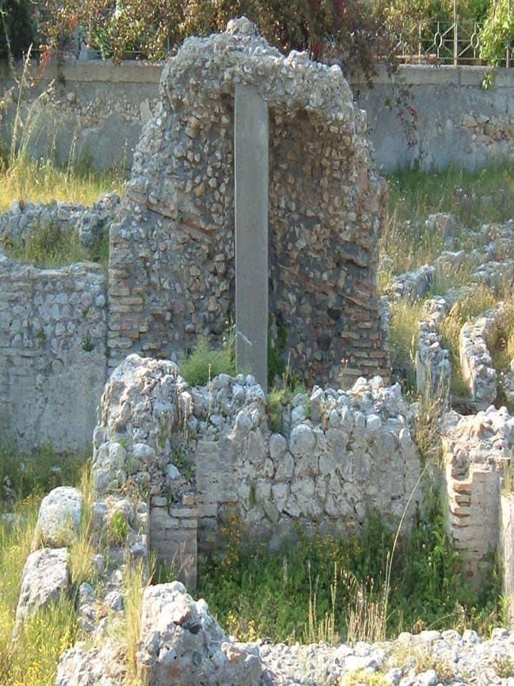 Il teatro di Marina di Gioiosa Ionica rappresenta una tappa fondamentale dellevoluzione del teatro da greco,che generalmente è disposto su costa a pen