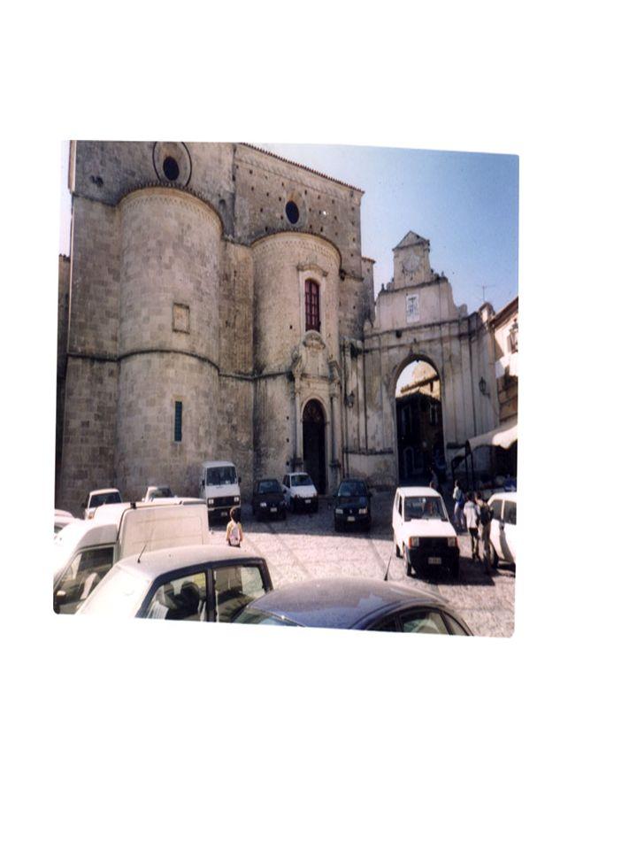 policromi, opera di maestranze siciliane (Palazzotto e Amato), voluto dal Vescovo Mons. Del Tufo nel 1731 e dotato dallo stesso di 12 candelieri in br