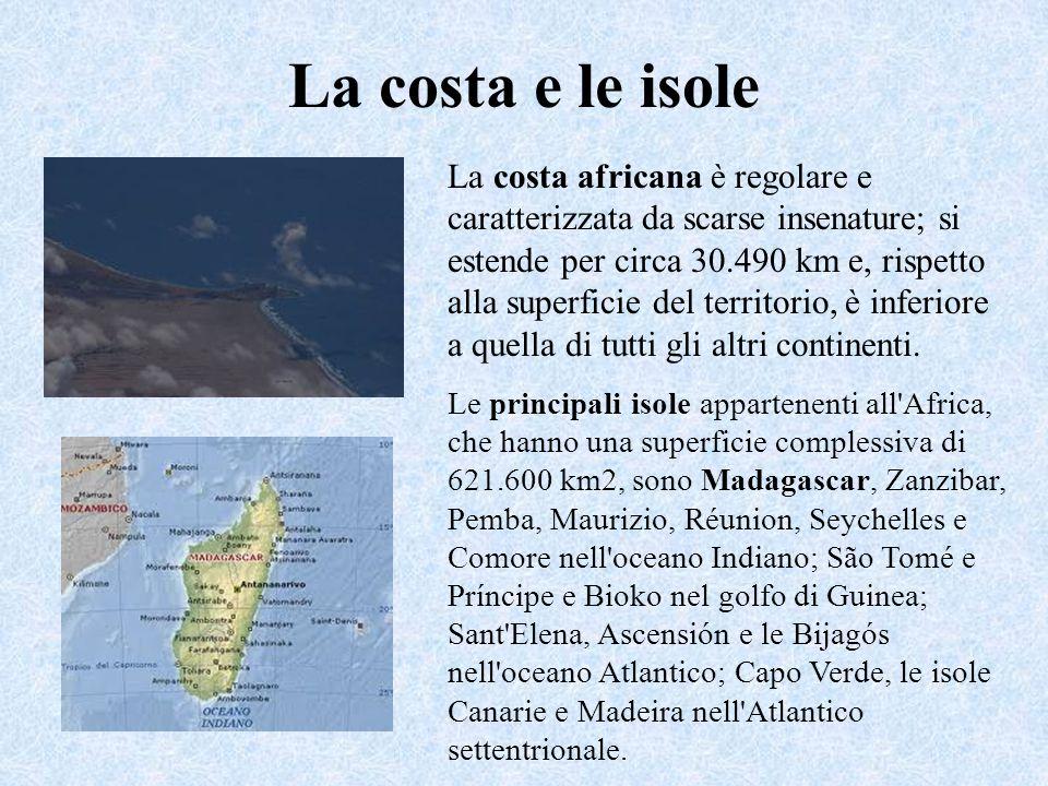 La costa e le isole La costa africana è regolare e caratterizzata da scarse insenature; si estende per circa 30.490 km e, rispetto alla superficie del territorio, è inferiore a quella di tutti gli altri continenti.