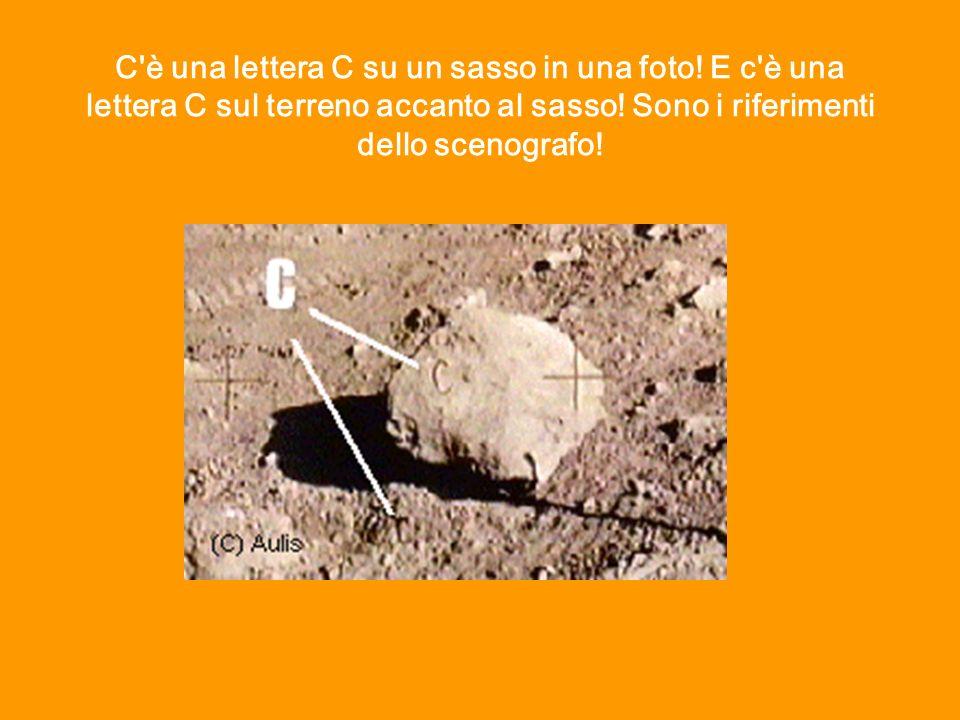 C'è una lettera C su un sasso in una foto! E c'è una lettera C sul terreno accanto al sasso! Sono i riferimenti dello scenografo!