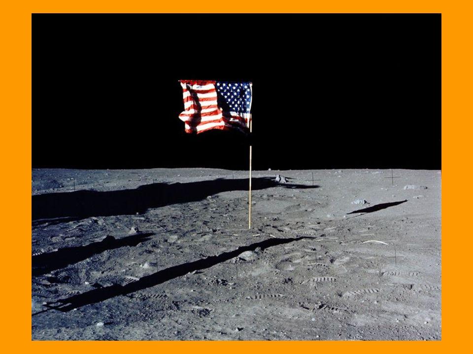 Inoltre sulla Luna non c è aria, quindi non si produce un nuvolone di polvere: semplicemente la polvere schizza via in tutte le direzioni.