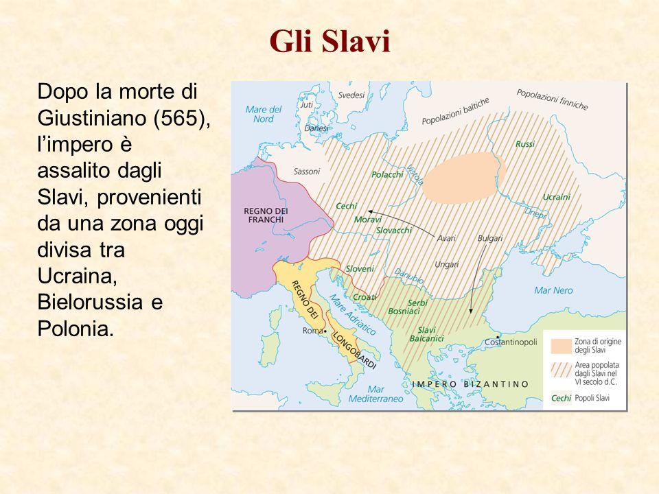Gli Slavi Dopo la morte di Giustiniano (565), limpero è assalito dagli Slavi, provenienti da una zona oggi divisa tra Ucraina, Bielorussia e Polonia.