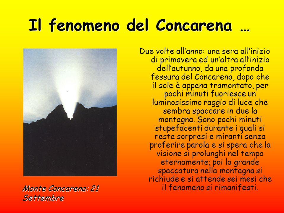 Il fenomeno del Concarena … Due volte allanno: una sera allinizio di primavera ed unaltra allinizio dellautunno, da una profonda fessura del Concarena, dopo che il sole è appena tramontato, per pochi minuti fuoriesce un luminosissimo raggio di luce che sembra spaccare in due la montagna.