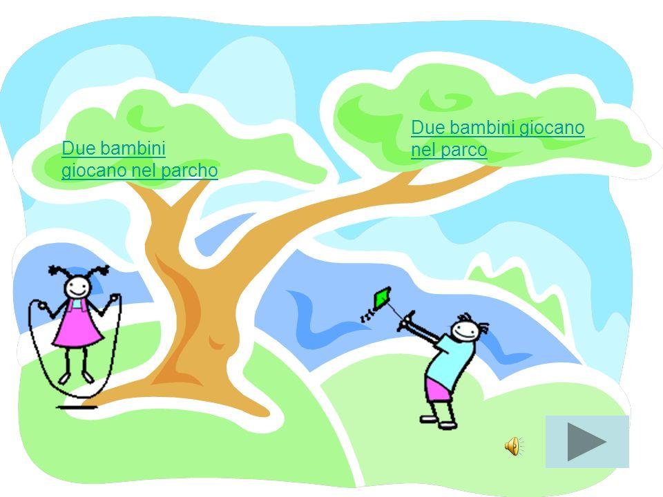 Due bambini giocano nel parcho Due bambini giocano nel parco