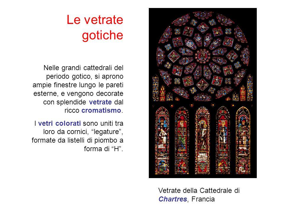 Le vetrate gotiche Nelle grandi cattedrali del periodo gotico, si aprono ampie finestre lungo le pareti esterne, e vengono decorate con splendide vetrate dal ricco cromatismo.