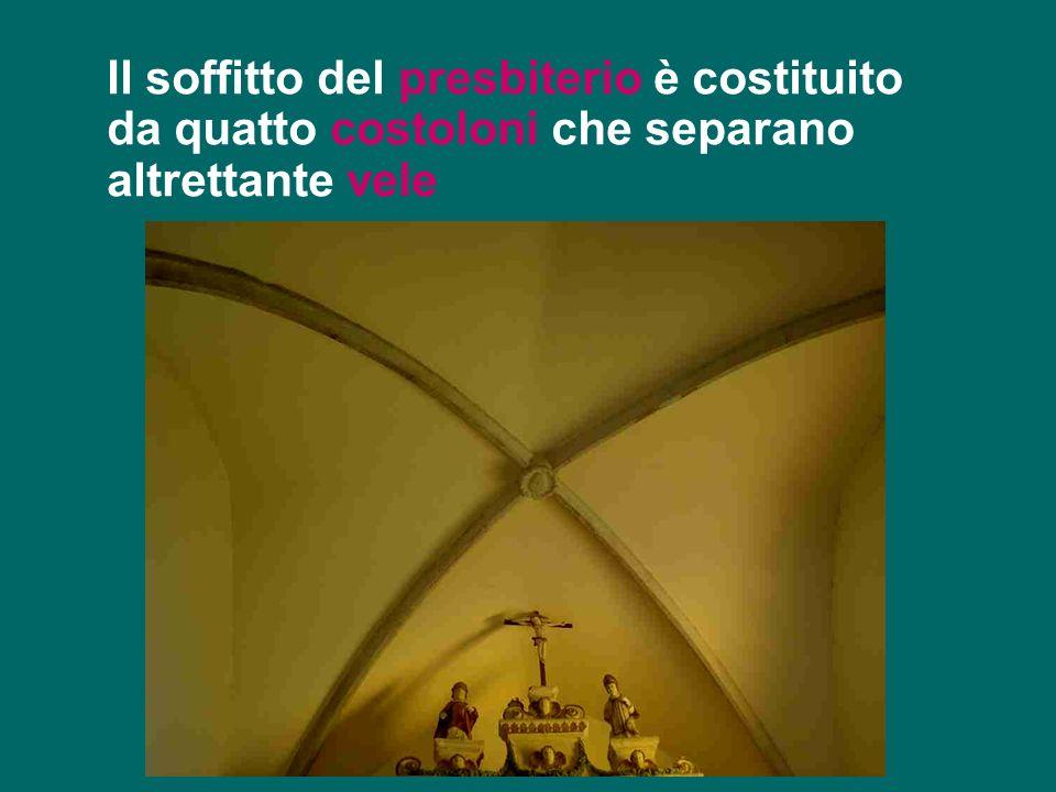 Il soffitto del presbiterio è costituito da quatto costoloni che separano altrettante vele