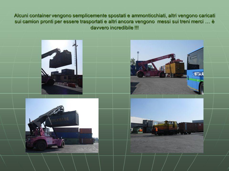 Alcuni container vengono semplicemente spostati e ammonticchiati, altri vengono caricati sui camion pronti per essere trasportati e altri ancora vengo