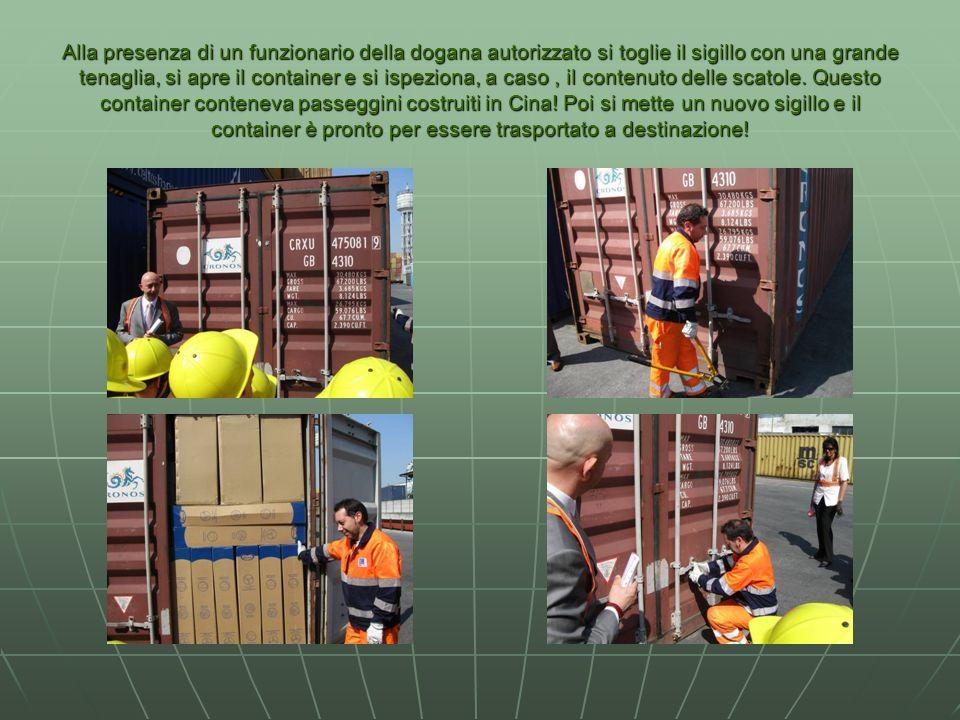 Alla presenza di un funzionario della dogana autorizzato si toglie il sigillo con una grande tenaglia, si apre il container e si ispeziona, a caso, il