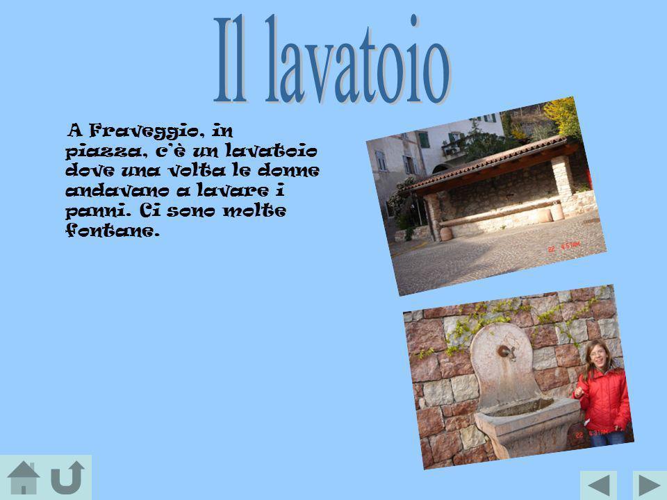 A Fraveggio, in piazza, cè un lavatoio dove una volta le donne andavano a lavare i panni. Ci sono molte fontane.