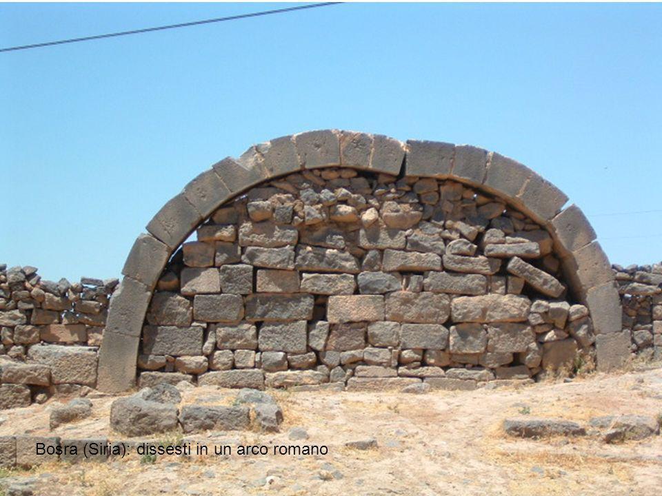 Bosra (Siria): dissesti in un arco romano