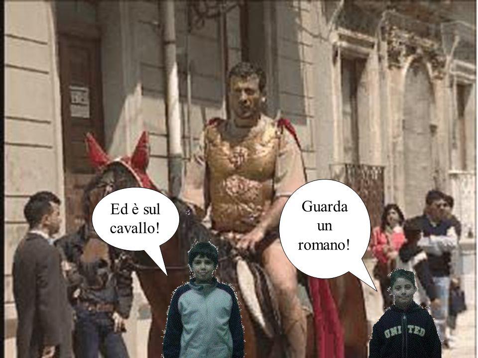 Guarda un romano! Ed è sul cavallo!