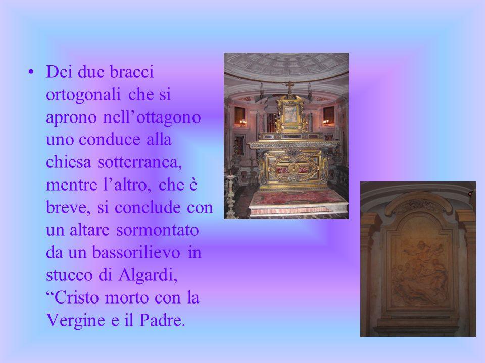 Dei due bracci ortogonali che si aprono nellottagono uno conduce alla chiesa sotterranea, mentre laltro, che è breve, si conclude con un altare sormon